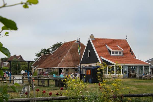 Het Hooivak buitenaanzicht kinderboerderij Hallo Terschelling